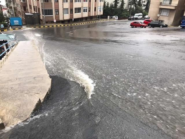 Trabzon Büyükşehir Belediyesi, yoğun yağışların görüldüğü dönemlerde su baskını yaşanan bölgelere yeni yağmursuyu hatları imal ederek bölgedeki sorunlara son veriyor.