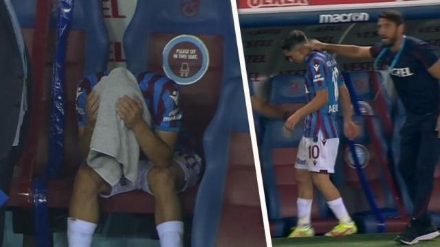 Bir şehrin büyük umutları, büyük hayal kırıklıkları.... Henüz altyapıda adından söz ettirip, devlerin dikkatini çeken Abdülkadir Ömür 2016'da ilk resmi maçına çıktı. Avrupa'da 'Turkish Messi' diye tanındı, her geçen gün bulduğu forma şansı arttı. Önce Trabzonspor'da formayı kaptı ardından 2019'da A Milli Takım kapıları kendisine ardına kadar açıldı. Sakatlıklar nedeniyle iniş-çıkışlar yaşasa da günün sonunda hep klasını kanıtladı, 23 milyon Euro'luk resmi teklif aldı. Ancak Başkan Ahmet Ağaoğlu bu rakamı reddettiğini bizzat açıkladı, sonrasında ise genç yıldızın peşini sakatlıklar bırakmadı. Müthiş başlayıp, ilerleyen kariyer, Galatasaray karşılaşmasının 39. dakikasında adeta dibe vurdu! Abdülkadir ıslıklarla kenara aındı, gözyaşlarına hakim olamadı. (Hazırlayan: Atalay Özçelikli)