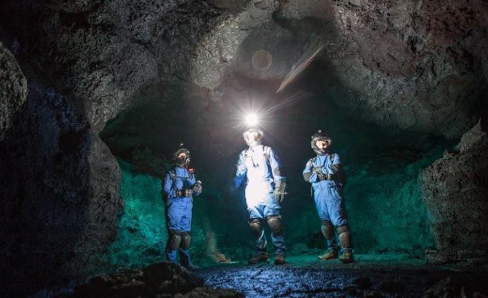 Bilim insanları dünyanın en büyük yanardağında astronot kıyafetiyle neden dolaşıyor?