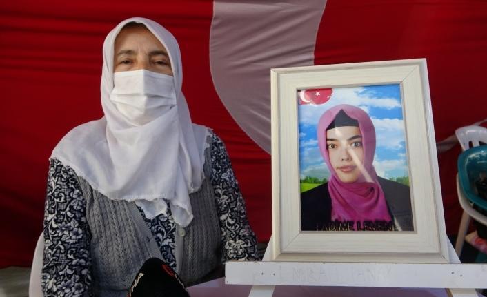 """HDP önündeki yüreği yanık anne: """"Evladımın eli kalem tutuyordu, silah verdiler"""""""