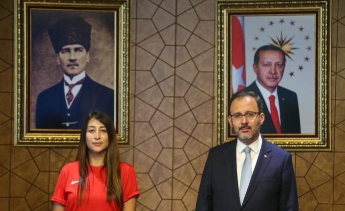 Bakan Kasapoğlu dünya rekortmeni Fatma Uruk'u kabul etti