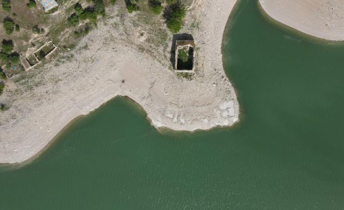 Barajda sular çekildi tarihi kilise tamamen gün yüzüne çıktı
