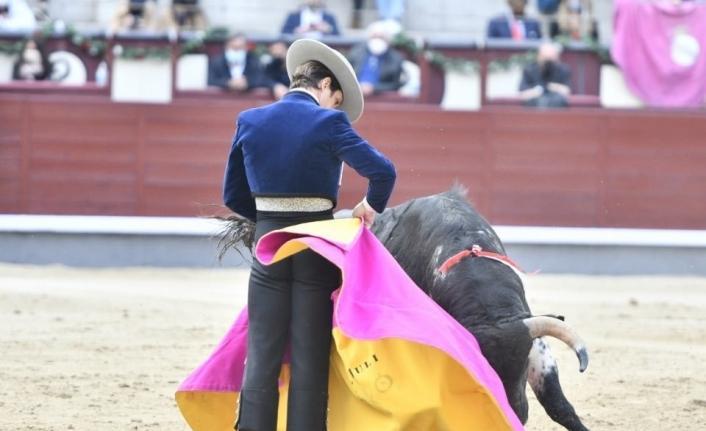 """İspanya'da salgının başından bu yana ilk """"boğa güreşi"""" yapıldı"""