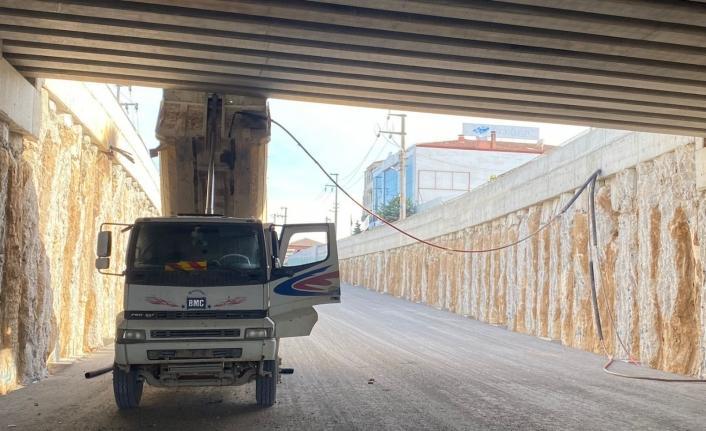 Damperi açık unutulan kamyon köprüye çarptı: 2 yaralı
