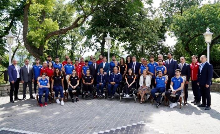 Ekrem İmamoğlu doğum gününü olimpiyat sporcularıyla kutladı