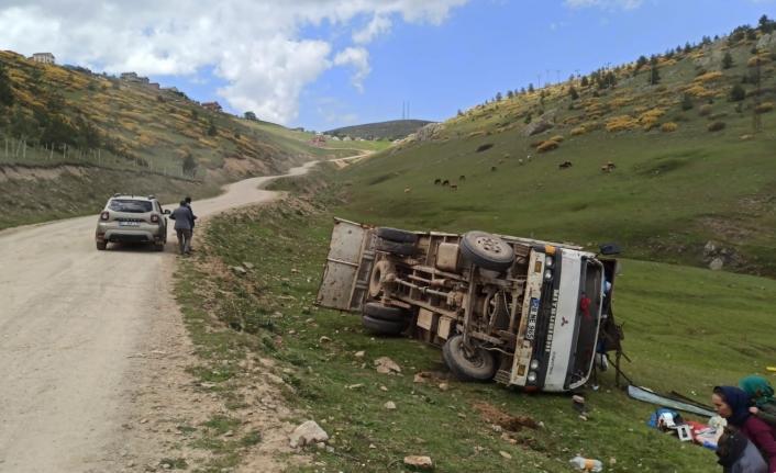 Kontrolden çıkan kamyonet şarampole yuvarlandı