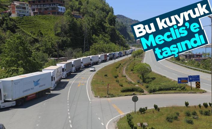 Özgür Özel, Sarp Sınır Kapısı'nda oluşan TIR kuyruklarını Meclis'e taşıdı