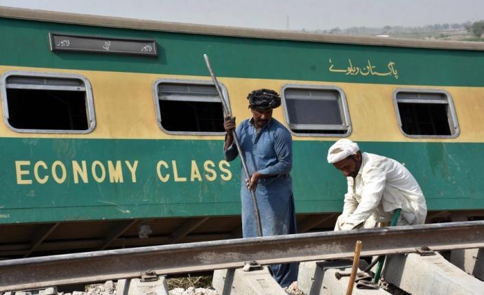 Pakistan'da iki yolcu treni çarpıştı: 30 ölü, 50 yaralı