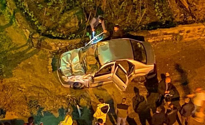 Yol çökünce beton mikseri otomobilin üzerine devrildi