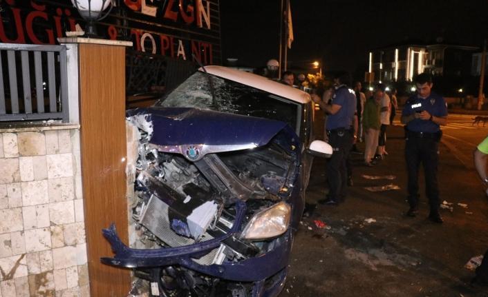 Kontrolden çıkan araç düğün salonunun duvarına çarptı: 1'i ağır 4 yaralı