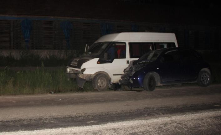 Otomobil ve minibüs çarpıştı: 2'si çocuk 6 yaralı