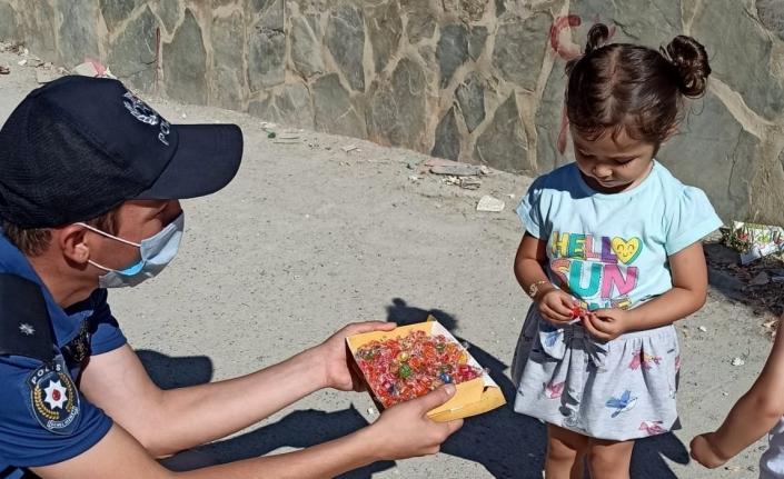 Polis ekiplerinden çocuklara bayram şekeri