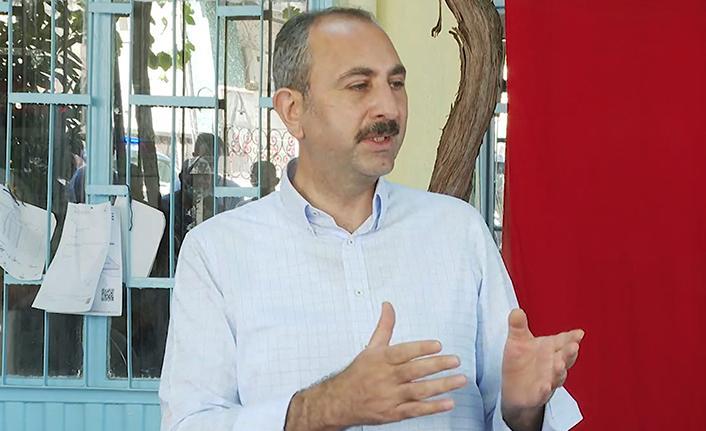 """Adalet Bakanı Gül: """"Yanan alanlara tek bir çivi çakılmasına izin vermeyeceğiz"""""""