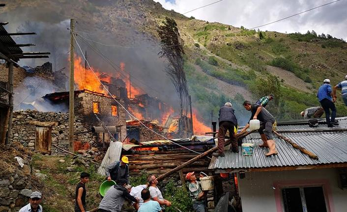 Artvin'in Yusufeli ilçesinde yangında 15 ahşap yapı kül oldu