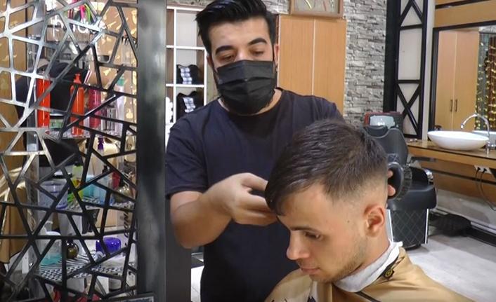 Tıraş olan her müşteri için fidan bağışladı
