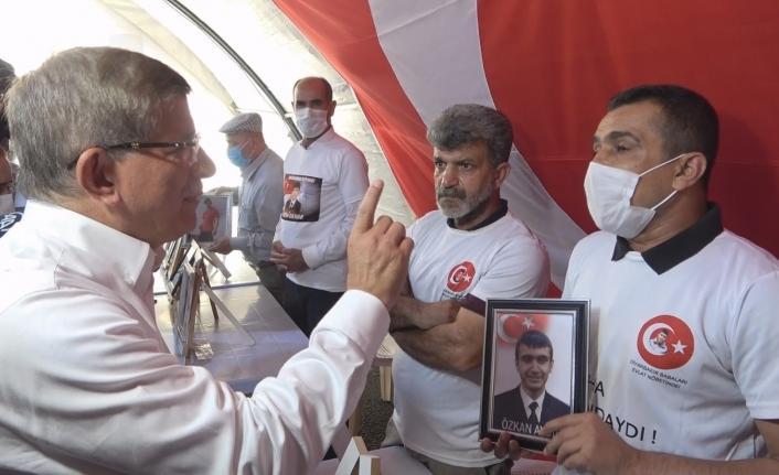 Ahmet Davutoğlu evlat nöbetindeki ailelerle tartıştı