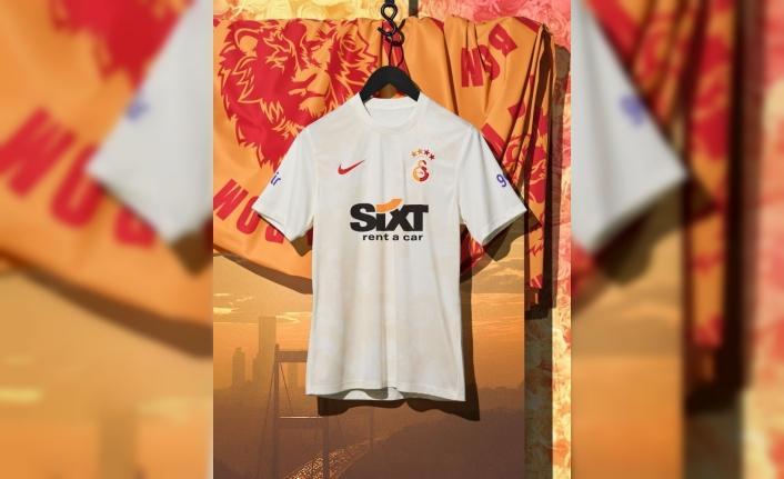 """Galatasaray, 3. formasını tanıttı: """"Şehrinin tutkusundan ilham aldı, tarih yazmaya geliyor. Lisemizin renkleri ve kurucularımızın hikayesinden esinlenen, alev ve gül desenleriyle bezeli üçüncü formamız yeni zaferlere hazır."""""""