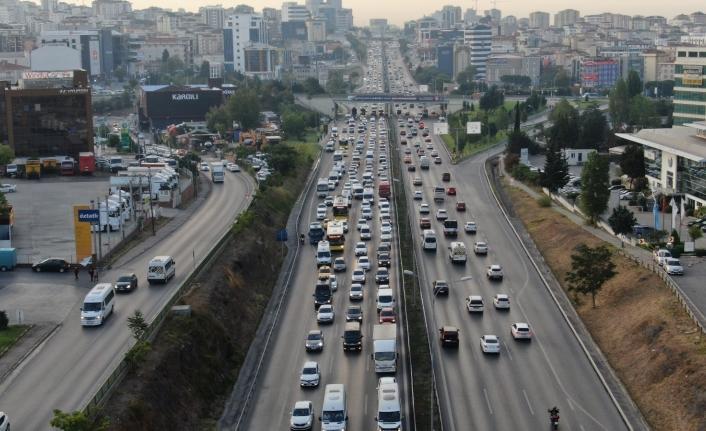 İstanbul'da sürücüler yollara döküldü, trafik yoğunluğu yüzde 60'ı gördü