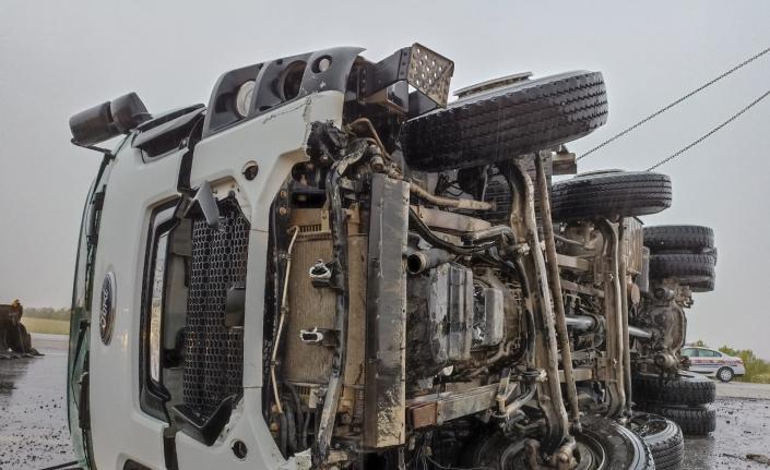 Konya'da devrilen kamyonun sürücüsü yaralandı