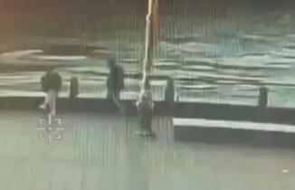 Sahilde oturan adamı denize atarak öldürdü