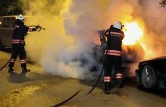 Trabzon'da park halindeki araç alev alev yandı